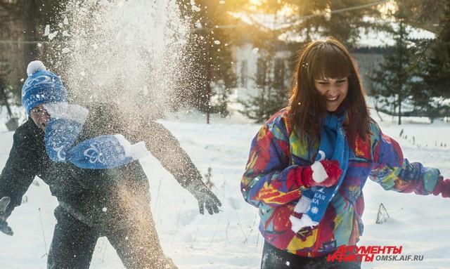 На отдыхе можно почувствовать себя детьми и поиграть в снежки!
