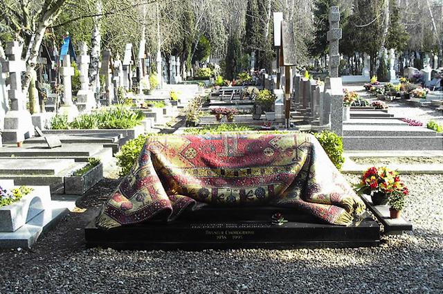 Могила Рудольфа Нуреева на Русском кладбище в Сент-Женевьев-де-Буа, Франция.