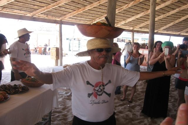 Пираты угощают туристов рыбой, кускусом и другими джербийскими блюдами.