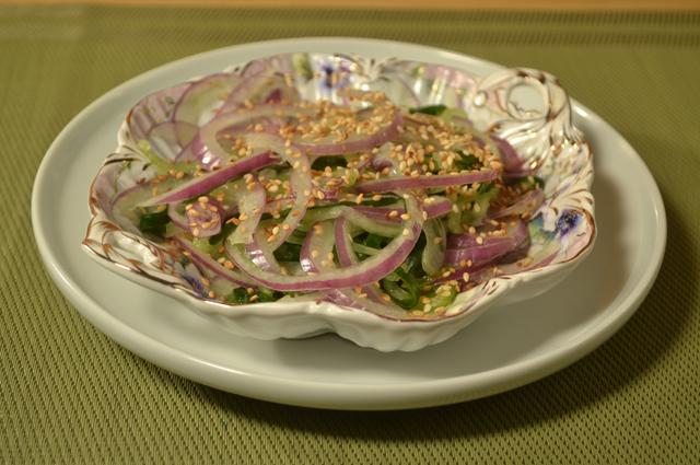Салат огуречно-луковый.