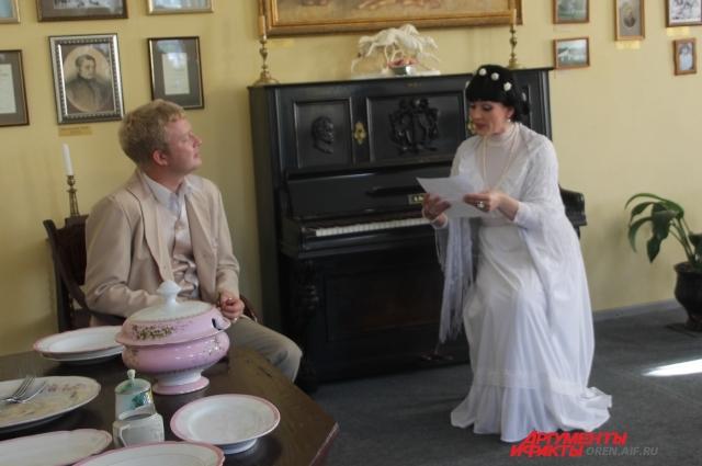 Как бы читали письмо от сына Константина Ольга Семеновна и Сергей Тимофеевич Аксаковы, показали актеры театра.