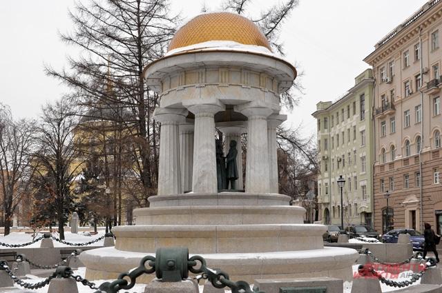 Ротонда, где под крышей маленькие скульптурки Натальи Гончаровой и Александра Пушкина