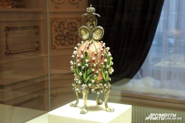 Фаберже создал целую коллекцию пасхальных яиц с для императорской семьи.
