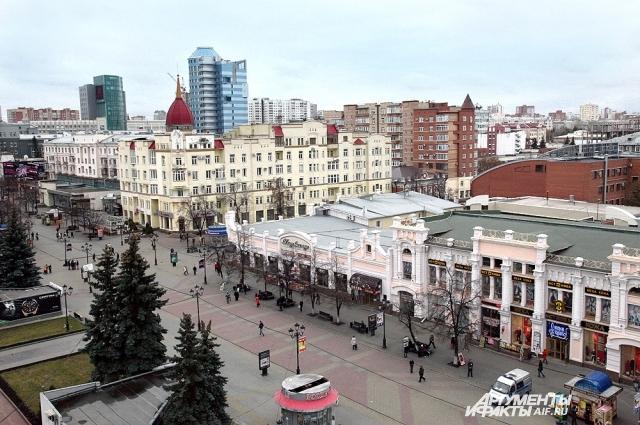 Одна из старейших центральных улиц Челябинска (сейчас - улица Кирова), где до революции стояли дома и магазины купцов, в 1990-е годы начала перестраиваться.