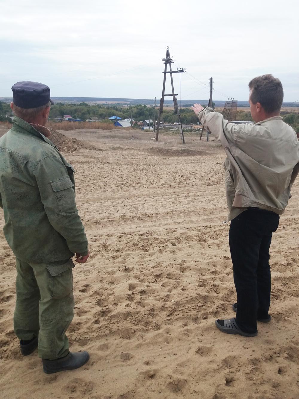 Сергей Степанов на безопасное расстояние от огня вывез семью.