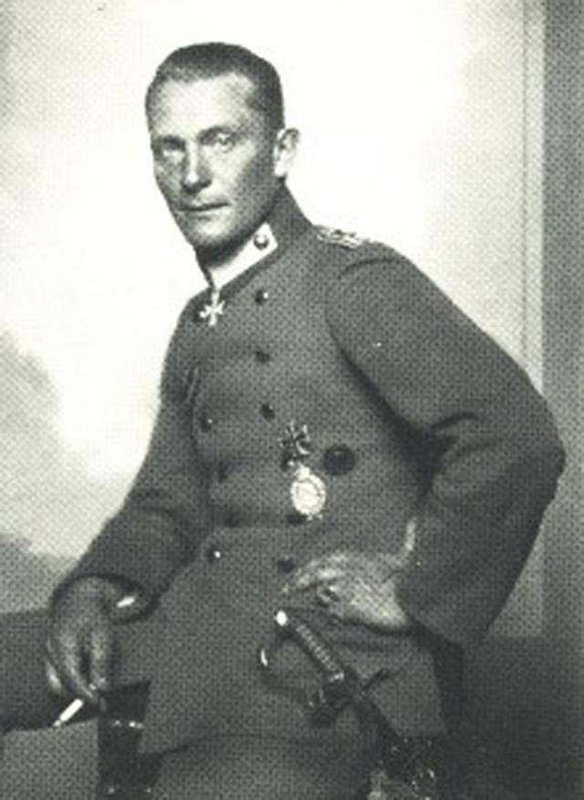 Геринг в 1917 году во время службы в имперских ВВС Германии.