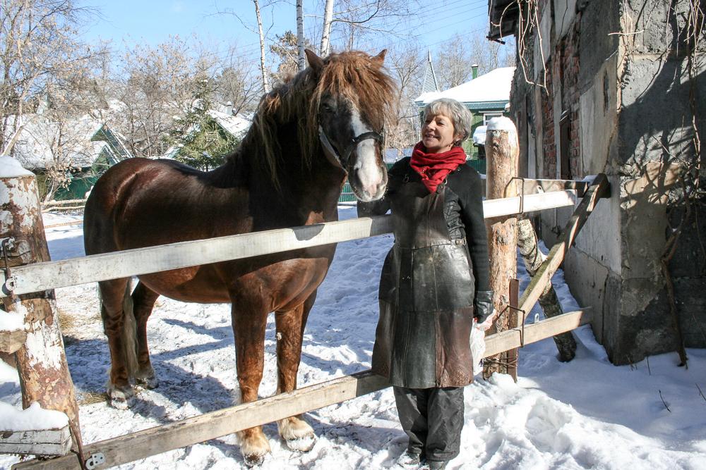 Ольга может и подкову сделать, и коня подковать.