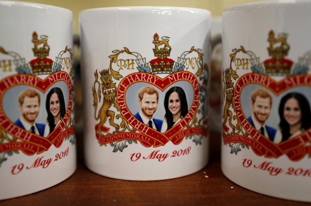 Сувенирные кружки, выпущенные по случаю свадьбы принца Гарри и Меган Маркл.