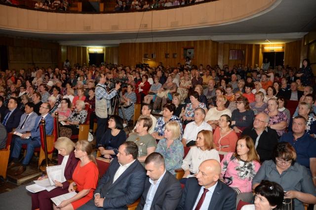 На встречу с врио губернатора Омкой области Александром Бурковым пришли 400 человек.