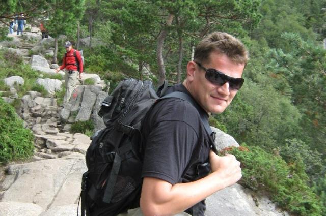 Путь на Прейкестулен идёт по камням среди лесов, скал и горных озёр.