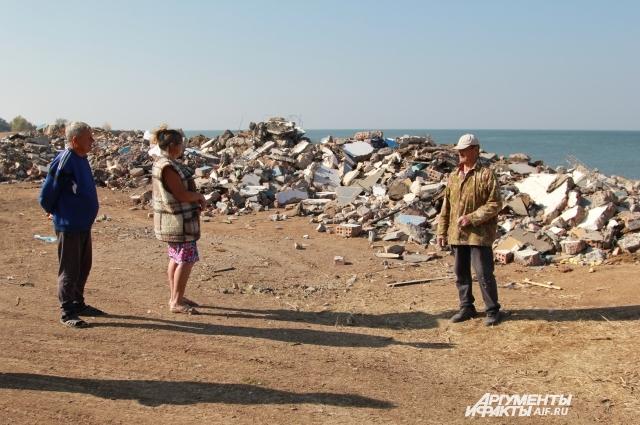 Жители хутора спорят: оставить или убрать мусор?