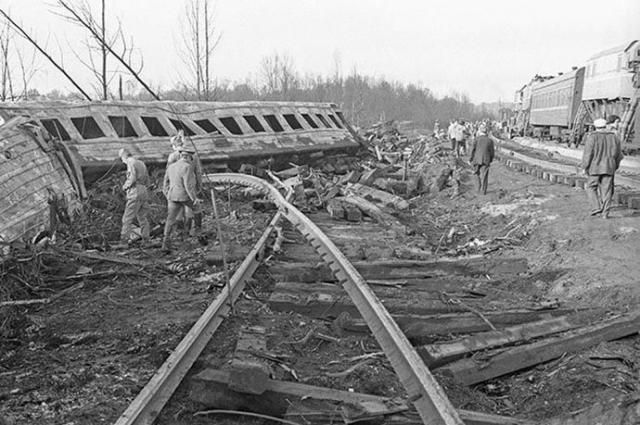 Многотонные вагоны и стальные рельсы были изогнуты, будто они были игрушечными.