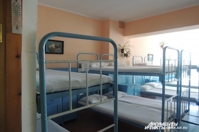 Кровати заправлены по струночке.