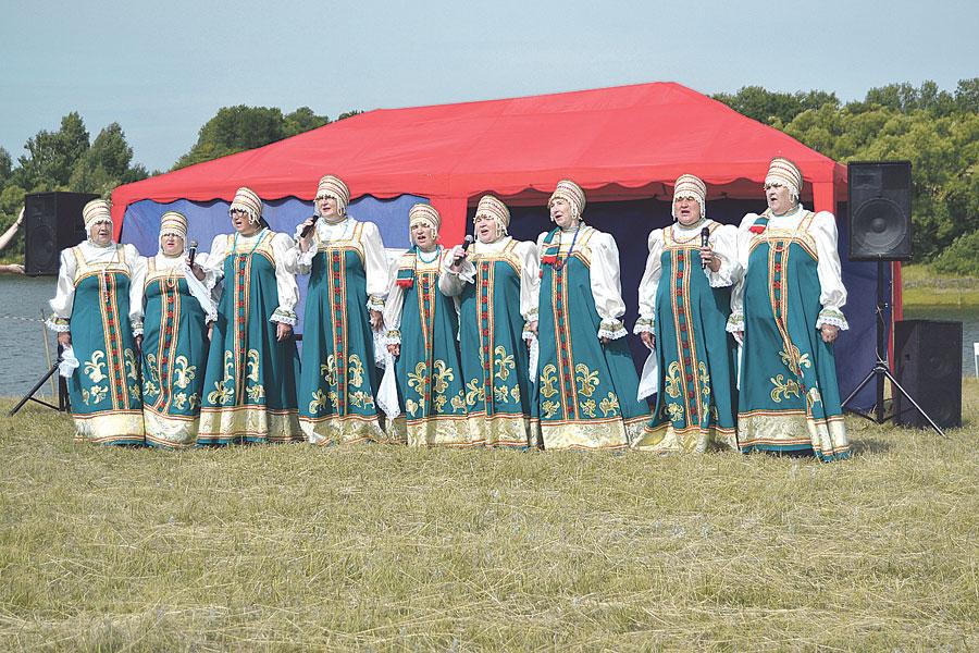 Весёлый задор и праздничное настроение подарил ансамбль «Рябинушка» Граждановского сельсовета Бондарского района.