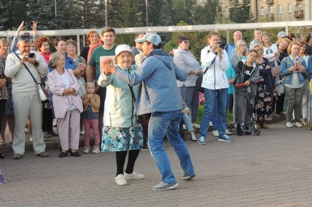 Баба Юля не пропустила ни один танец.