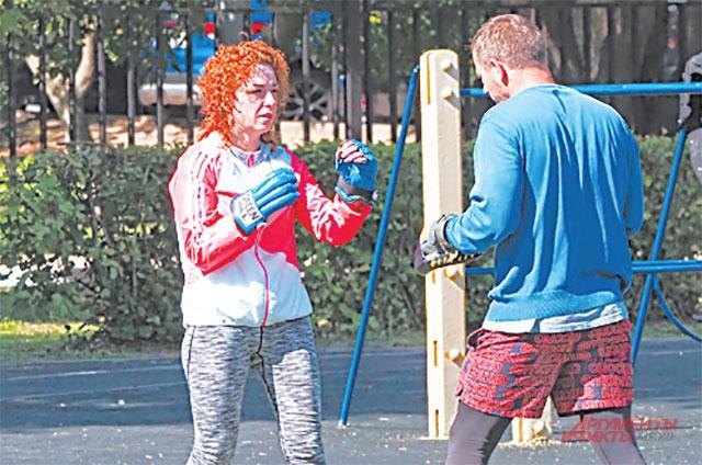 Жители района Алла Кириченко и Кирилл Мулин приходят на стадион боксировать.
