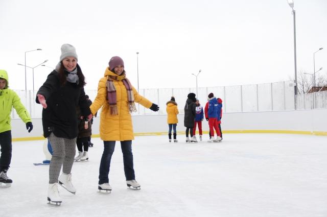На новом катке возле торгового центра МЕГА можно сыграть в хоккей.