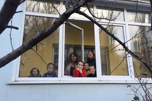 Преподаватели студии вместе с учениками.