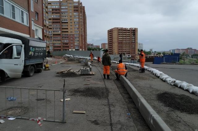 Пока строители укрепляют склон.