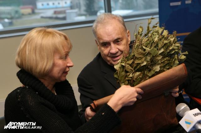 2008 год. Эльдар Рязанов с подарком от преданного поклонника.