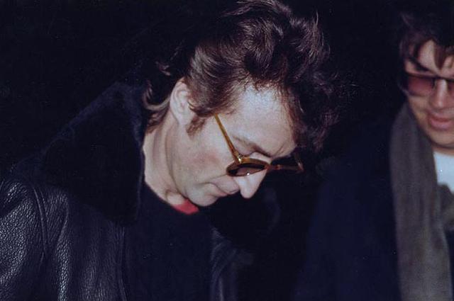 Джон Леннон дает автограф на обложке альбома Double Fantasy для Чепмена за шесть часов до убийства.