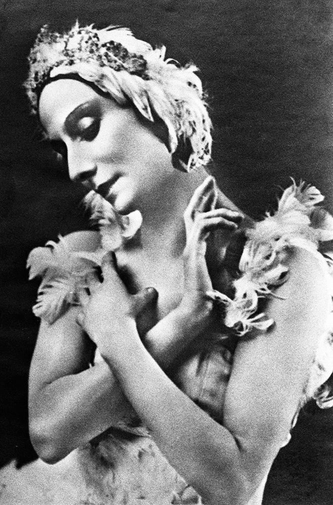 Балерина Анна Павлова вхореографическом этюде «Умирающий лебедь» намузыку К.Сен-Санса.
