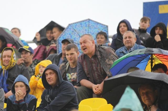 Дождь не мешает ценителям футбола болеть на