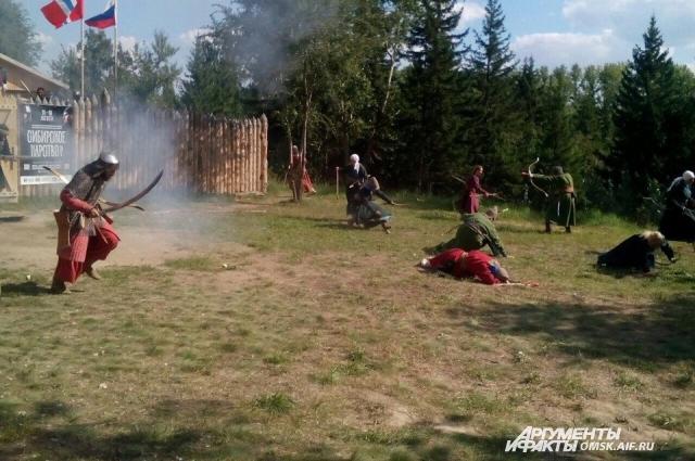 Участники фестиваля живут в палаточном лагере в Советском парке.