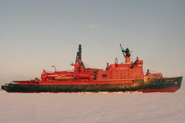 Дважды корабль застревал в толще северных льдов, рискуя остановиться навсегда.