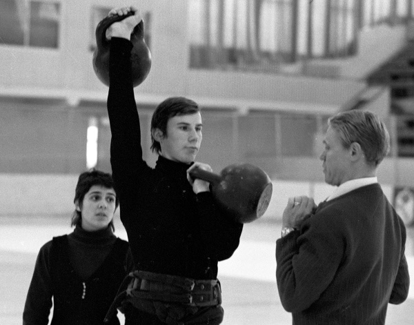 Тренер Станислав Жук и фигуристы Ирина Роднина и Александр Зайцев на тренировке. 1981 г