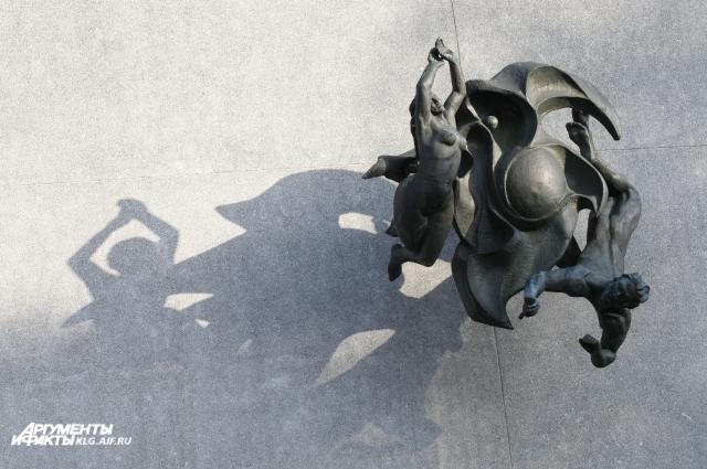 К зданию военного санатория прикреплена скульптура Фролова «Морская симфония». Она там не на месте. Композиция должна стоять на ветру, в неё вмонтирована флейта Пана, звучащая, когда туда попадает воздух. Изначально для произведения утверждали площадку над главным спуском на променад. Мечта скульптора -  довести замысел до завершения - установить её там. Но на это нет средств. Ждут меценатов.