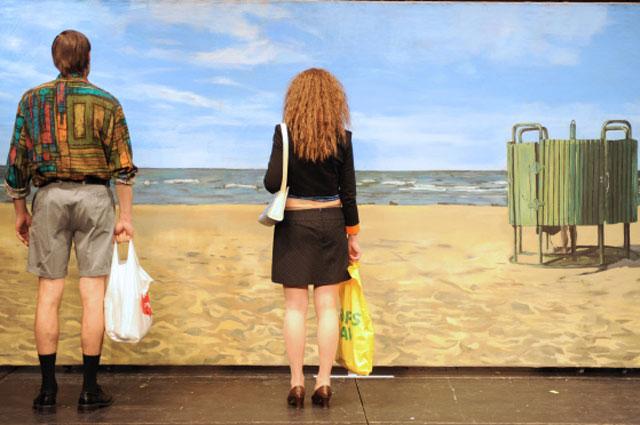 Актеры Гуна Зариня и Каспар Знотиньш в новелле Пляж спектакля Латышская любовь в постановке Алвиса Херманиса