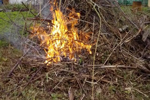 Огонь может распространиться по сухой траве.