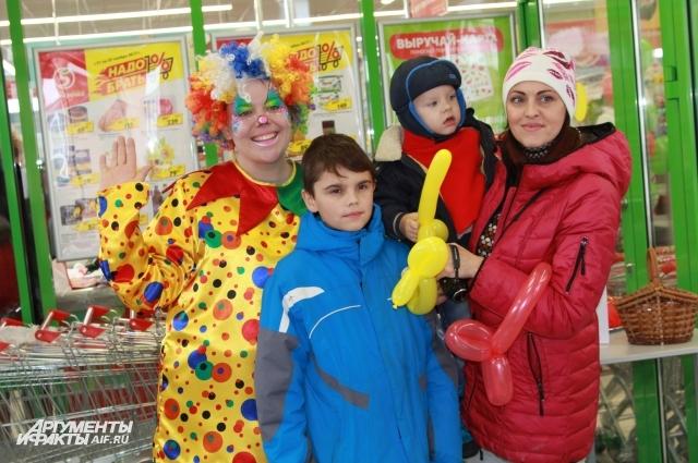 Посетителей «Пятёрочки» развлекали весёлые клоуны