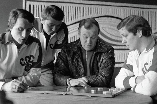 Всеволод Бобров проводит разбор игры с хоккеистами Александром Якушевым (слева), Владимиром Шадриным (второй слева) и Александром Мальцевым (справа) на чемпионате мира и Европы по хоккею.
