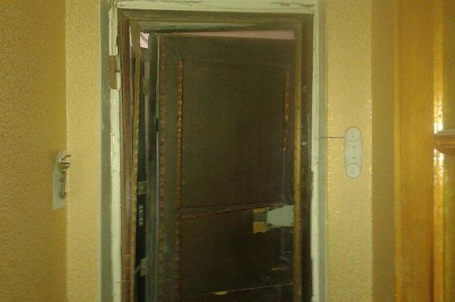 Дверь одной из квартир подъезда.