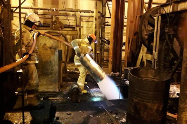 Горноспасатели предприняли много попыток добраться до строителей. Прежде всего, надо было локализовать возгорание, чтобы снизить температуру в шахте