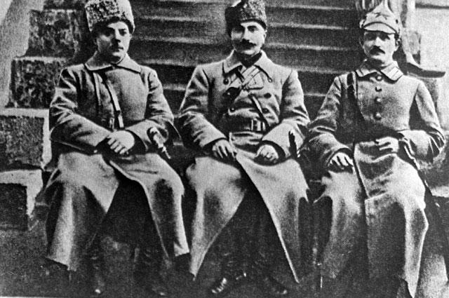 Члены реввоенсовета Первой Конной армии Клим Ворошилов, Семен Буденный и Ефим Щаденко. 1920 г.