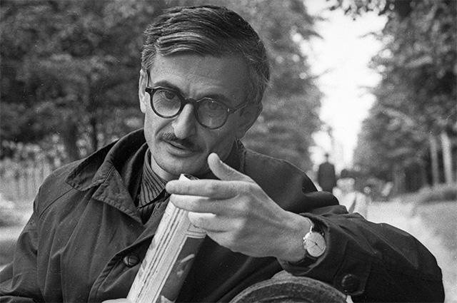 Кинорежиссер Марлен Хуциев отдыхает во время прогулки в парке. 1965 г.