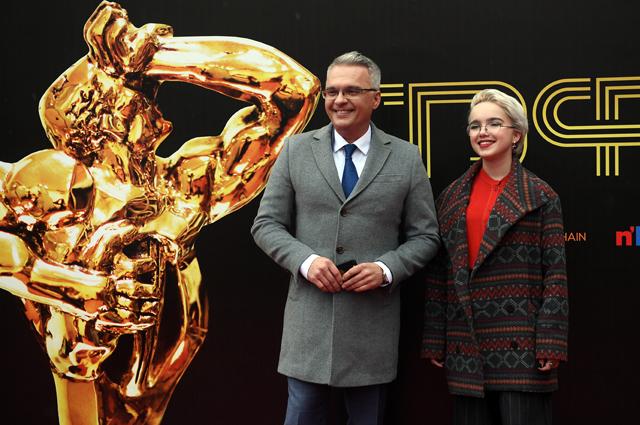 Телеведущий Роман Будников с дочерью Александрой перед началом торжественной церемонии вручения премии «ТЭФИ-2018».
