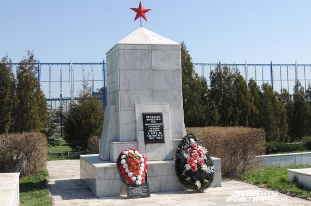 Сегодня на этом месте установлен мемориал героически сражавшимся воинам.