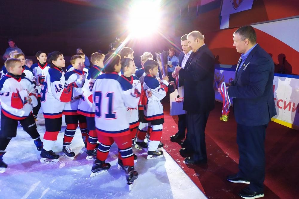 Антон Клепиков, Владислав Третьяк и Алексей Чикунов награждают триумфаторов турнира.