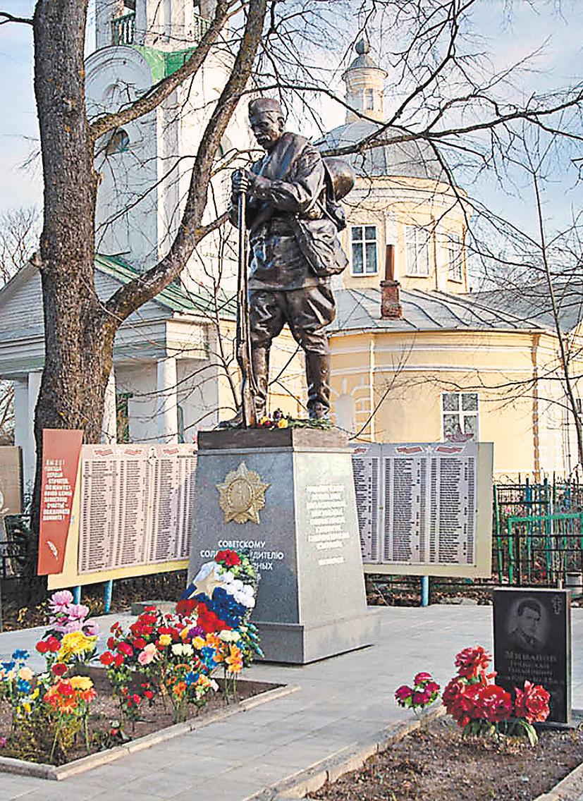 Этот памятник Советскому Солдату-Победителю от благодарных потомков, установленный в с. Подберезье Локнянского района Псковской обл., – лучшее свидетельство того, что типовой памятник не значит «безликий». Все они делаются с душой.