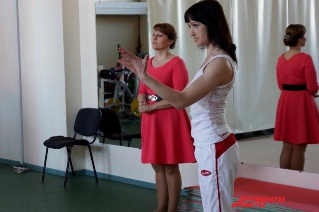 Тренер по художественной гимнастике Анна Кадачигова объясняет Ире новые элементы