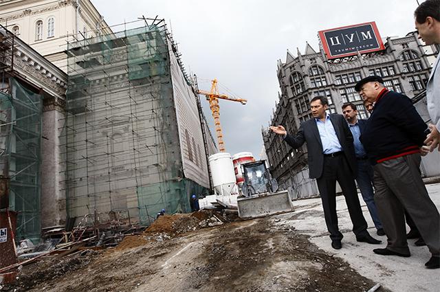 Первый заместитель мэра Москвы, глава столичного стройкомплекса Владимир Ресин ознакомился с ходом работ по реконструкции здания Большого театра. 2009 год.