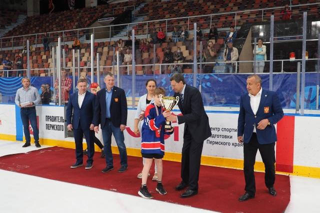 На этих соревнованиях сборную края представляла команда, составленная из воспитанников двух хоккейных школ – «Молот» и краевой Академии игровых видов спорта.