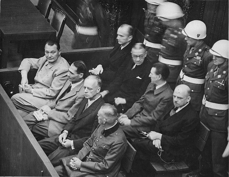 Нюрнбергский трибунал. Ответчики (в переднем ряду, слева направо): Герман Геринг, Рудольф Гесс, Иоахим фон Риббентроп, Вильгельм Кейтель. (Во втором ряду, слева направо): Карл Дёниц, Эрих Редер, Бальдур фон Ширах, Фриц Заукель.