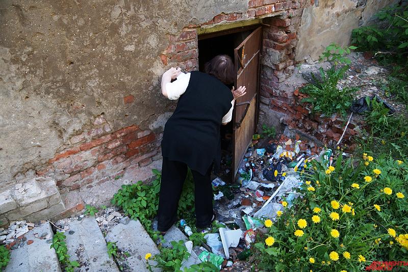 На улице жильцы дома хотели показать затопленный подвал с крысами и тоннами мусора
