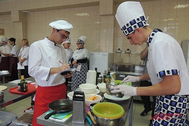 Судья конкурса отмечает достоинства и недоработки в работе студента-повара.