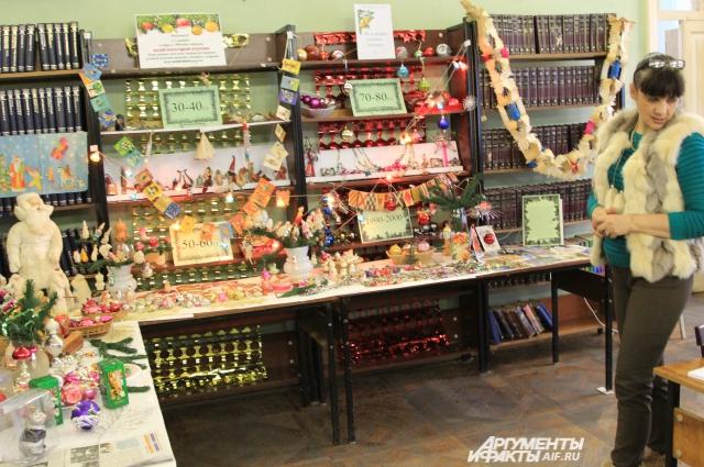 В хрущевские времена на ёлку вешали фрукты и овощи, в том числе кукурузу.